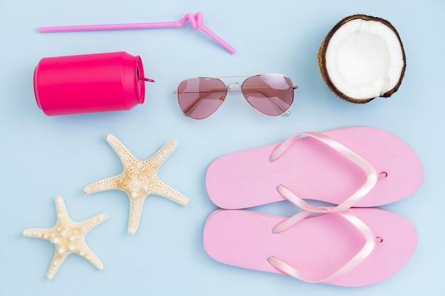 Vista dall'alto del concetto di estate con accessori da spiaggia