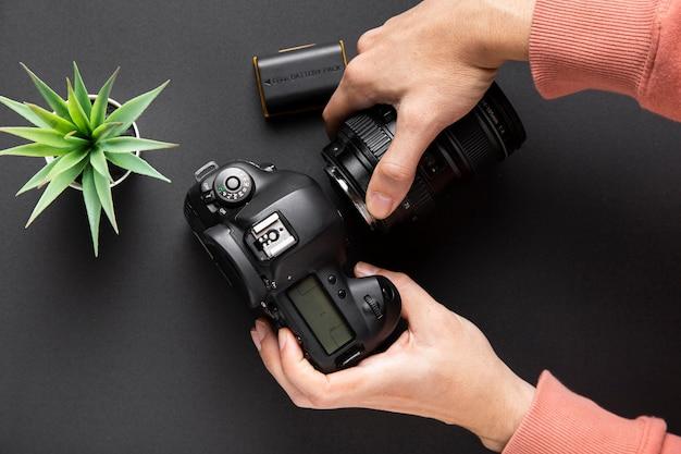 Vista dall'alto del concetto di fotocamera con sfondo nero