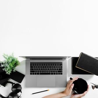 Vista dall'alto del concetto di scrivania con spazio di copia