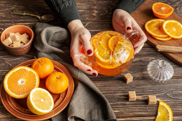 Vista dall'alto del concetto di tè con fetta d'arancia
