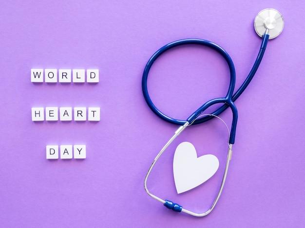Vista dall'alto del cuore di carta con lo stetoscopio