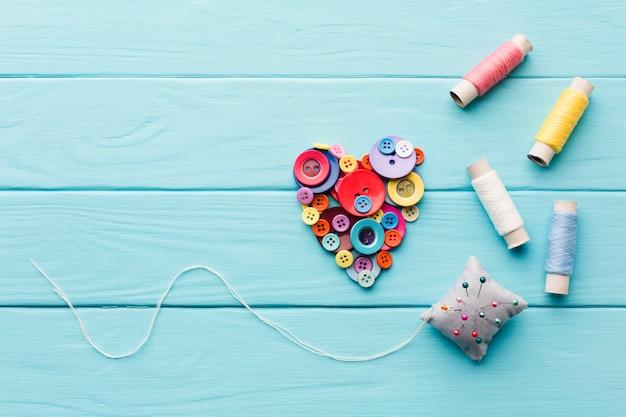 Vista dall'alto del cuore di pulsanti per san valentino