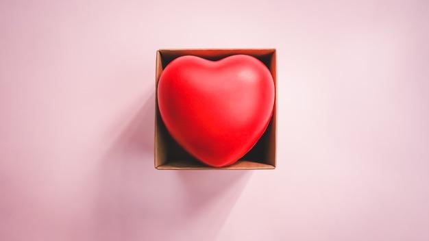Vista dall'alto del cuore rosso nella scatola marrone di carta