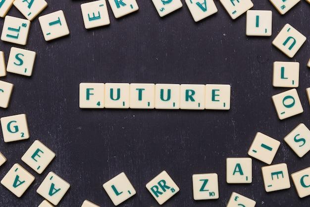 Vista dall'alto del futuro testo fatto da lettere di gioco a scrabble