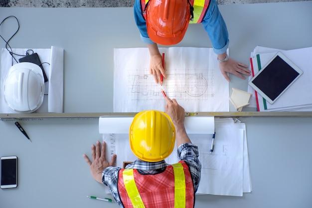 Vista dall'alto del gruppo di ingegneri sta incontrando la pianificazione dei lavori di costruzione