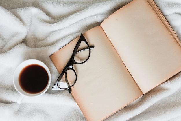 Vista dall'alto del libro aperto su un letto