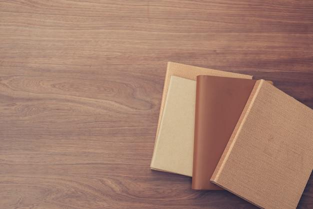 Vista dall'alto del libro sul vecchio sfondo di legno di plancia. immagini di stile d'effetto vintage.