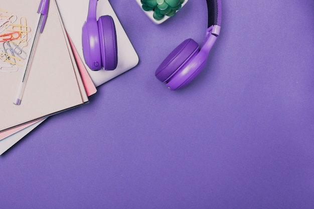 Vista dall'alto del luminoso colorato scrivania. laptop, notebook, auricolari. lavora a casa. creatività. lavoro creativo. libero professionista. scuola. piano scrivania. copia spazio. spazio libero.
