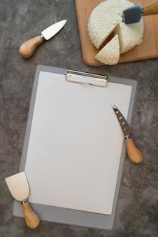 Vista dall'alto del menu vuoto con formaggio e strumenti