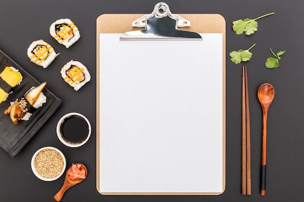 Vista dall'alto del menu vuoto con sushi e salsa di soia