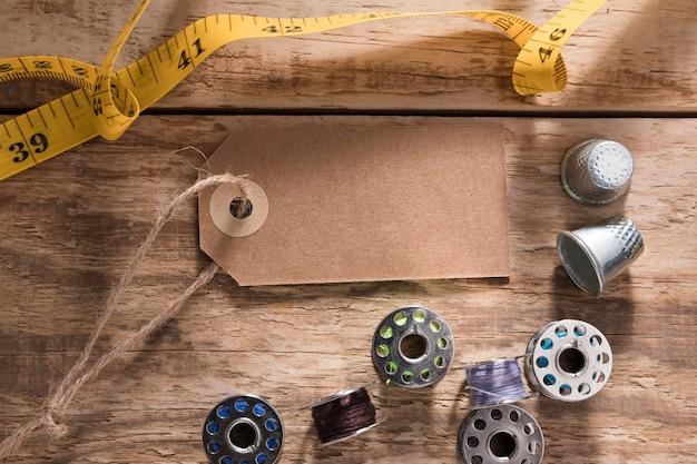 Vista dall'alto del metro a nastro con tag e navette per macchine da cucire