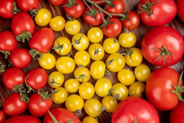 Vista dall'alto del modello di pomodori su legno