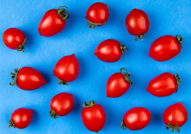 Vista dall'alto del modello di pomodori sulla superficie blu