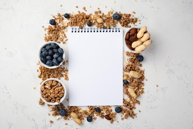 Vista dall'alto del notebook con cereali per la colazione e mirtilli