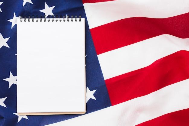 Vista dall'alto del notebook in cima alla bandiera americana