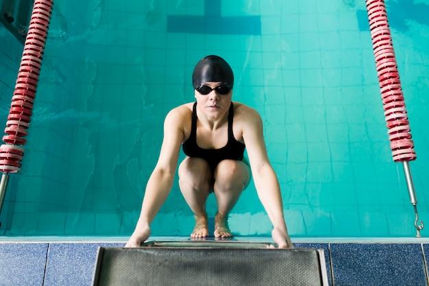 Vista dall'alto del nuotatore professionista femminile