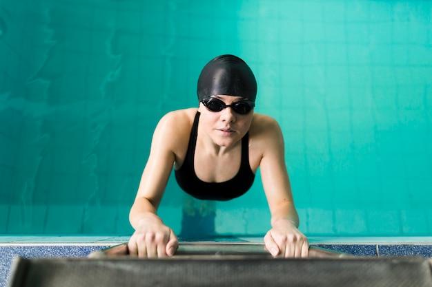 Vista dall'alto del nuotatore professionista