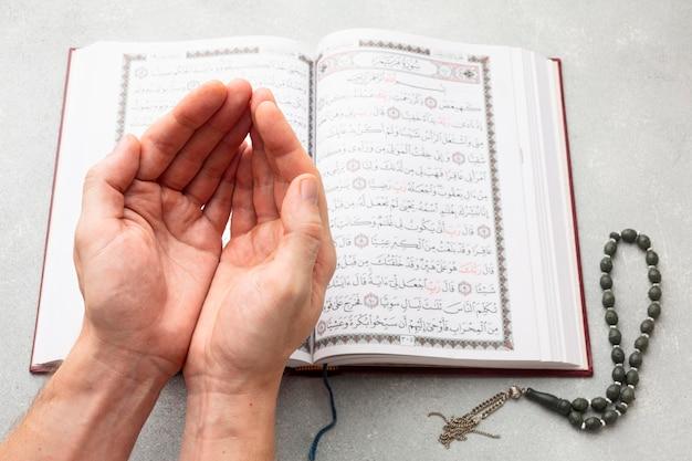 Vista dall'alto del nuovo anno islamico con il libro del corano