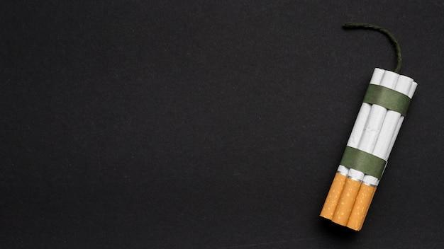 Vista dall'alto del pacchetto di sigarette con stoppino sul fondale posteriore
