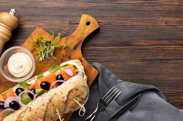 Vista dall'alto del panino con salmone e copia spazio