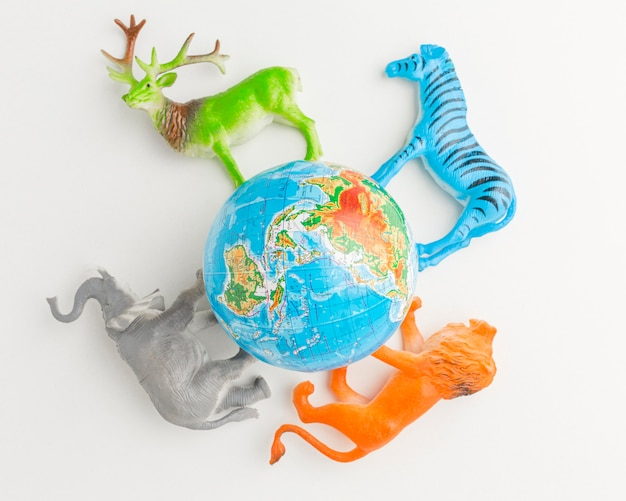 Vista dall'alto del pianeta terra con figurine di animali per la giornata degli animali