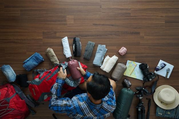 Vista dall'alto del piano uomo viaggiatore e lo zaino pianificazione viaggio vacanza