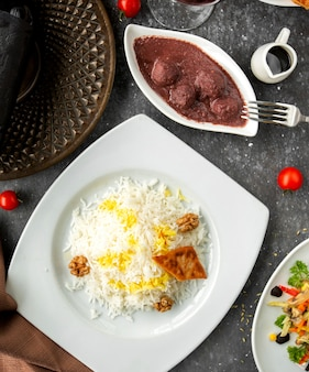 Vista dall'alto del piatto azero pilaf servito con polpette in salsa