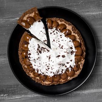 Vista dall'alto del piatto con torta e fetta