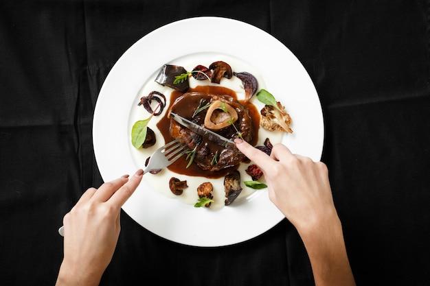 Vista dall'alto del piatto di carne con verdure grigliate