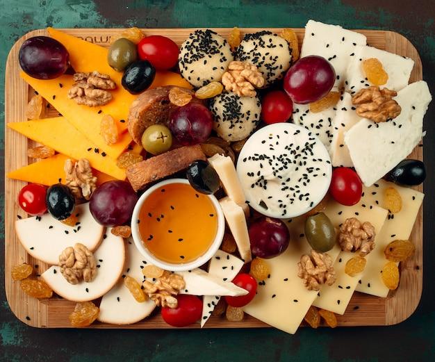 Vista dall'alto del piatto di formaggi freschi