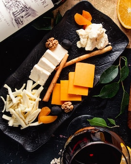 Vista dall'alto del piatto di formaggi