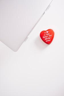 Vista dall'alto del portatile con il cuore