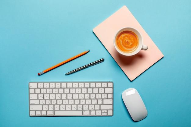 Vista dall'alto del posto di lavoro aziendale con una tazza di caffè.