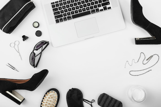 Vista dall'alto del posto di lavoro con accessori per laptop e donne
