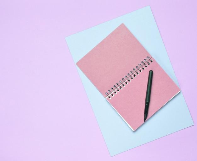 Vista dall'alto del quaderno a spirale con penna