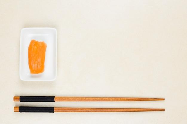 Vista dall'alto del salmone nigiri