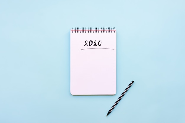 Vista dall'alto del taccuino vuoto pronto per la pianificazione del nuovo anno 2020 o lista dei desideri