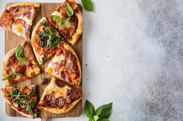 Vista dall'alto del tavolo con cibo domestico e pizza fatta in casa