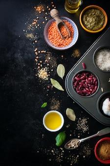Vista dall'alto del tavolo con ingredienti per cucinare le lenticchie