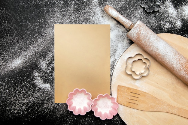Vista dall'alto del tavolo da cucina e utensili da cucina, nero culinario con posto libero per il testo