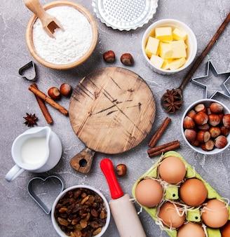 Vista dall'alto del tavolo della cucina con ingredienti di cottura