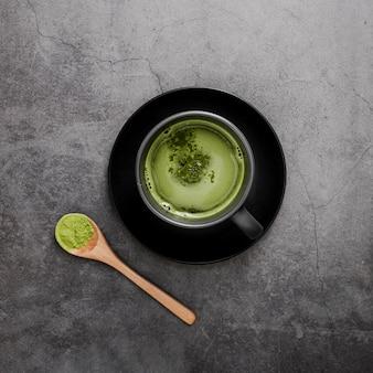 Vista dall'alto del tè matcha in tazza con cucchiaio