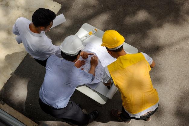 Vista dall'alto del team di ingegneri guarda la carta