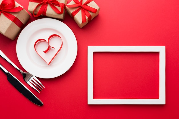 Vista dall'alto del telaio a forma di cuore di carta sul piatto