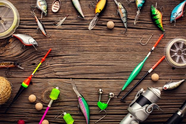 Vista dall'alto del telaio dell'attrezzatura da pesca con esca colorata