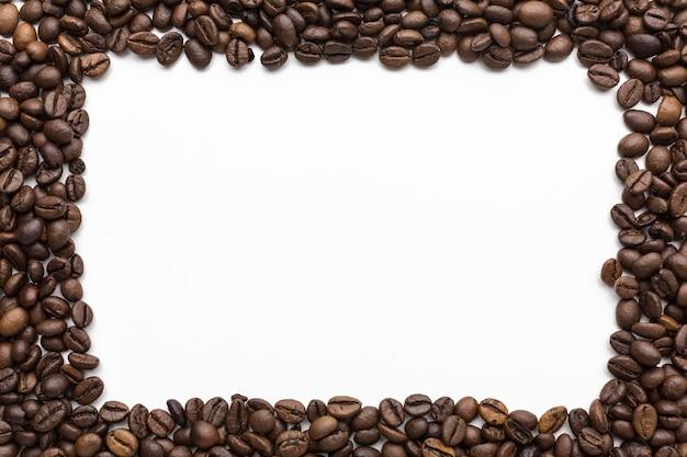 Vista dall'alto del telaio di chicchi di caffè con spazio di copia