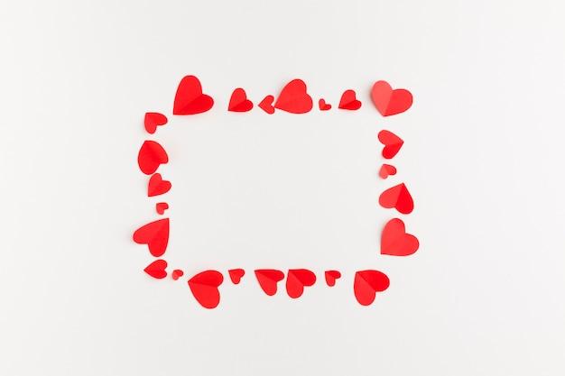 Vista dall'alto del telaio di cuori di carta per san valentino