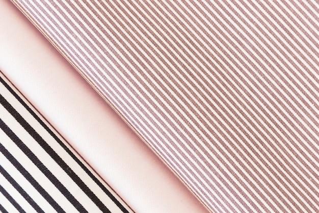 Vista dall'alto del tessuto piegato a strisce nere e rosa