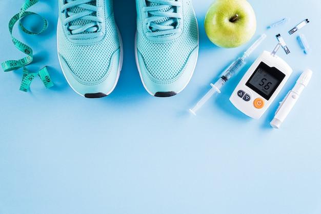 Vista dall'alto del tester del diabete impostato con l'attrezzatura dell'atleta