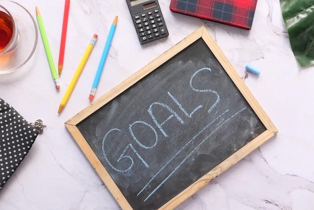 Vista dall'alto del testo degli obiettivi del nuovo anno sulla lavagna.